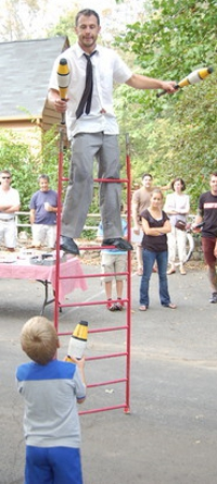 ct-ny-ma-entertainer-pictures-balancing-act-ladder