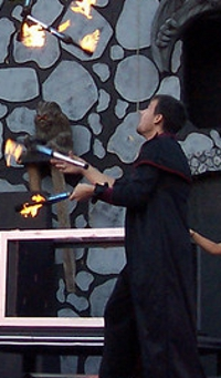 ct-ny-ma-entertainer-pictures-juggler-stage-fire